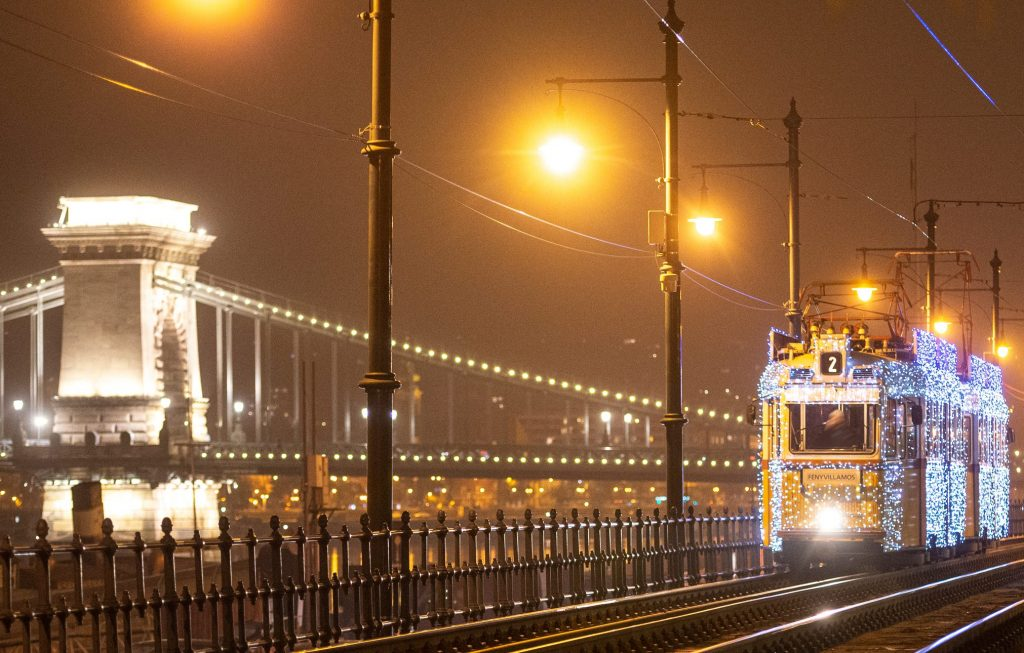 Festliche Weihnachtsstraßenbahn in Budapest, auch in Corona-Zeiten!