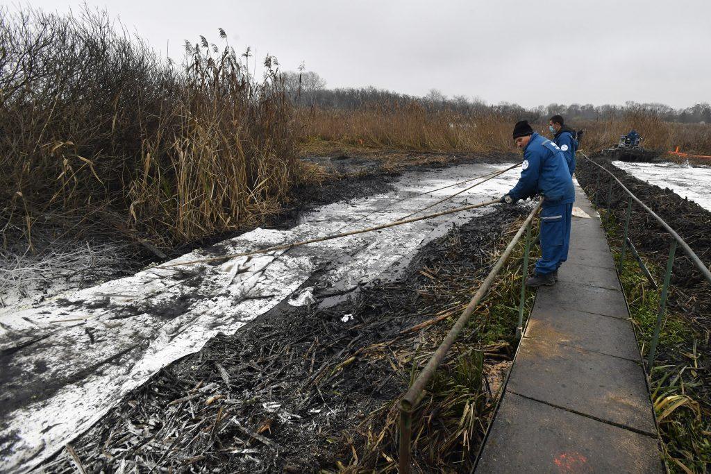 Präsident Áder spricht über die Ölverschmutzung auf der Donau