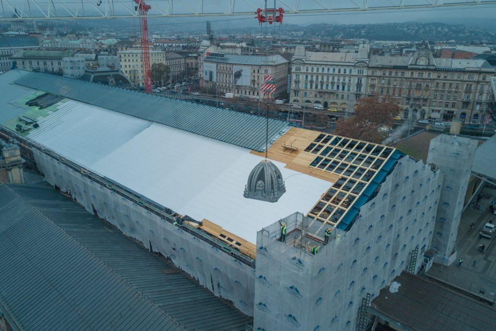Sanierung des Budapester Westbahnhofs: Linker Turm auch platziert
