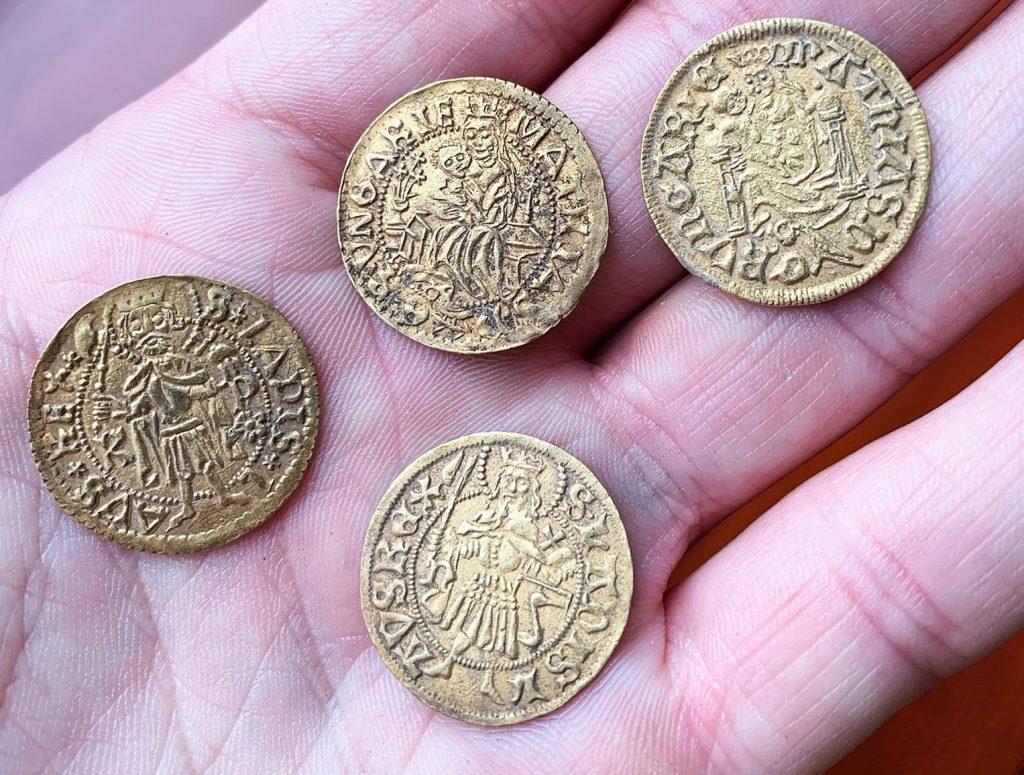 Tausende mittelalterliche Münzen in Zentralungarn ausgegraben – Fotos!