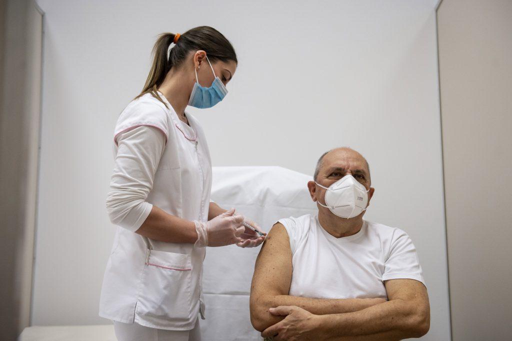 Rektor der Semmelweis: Immer mehr Gesundheitspersonal werden geimpft post's picture