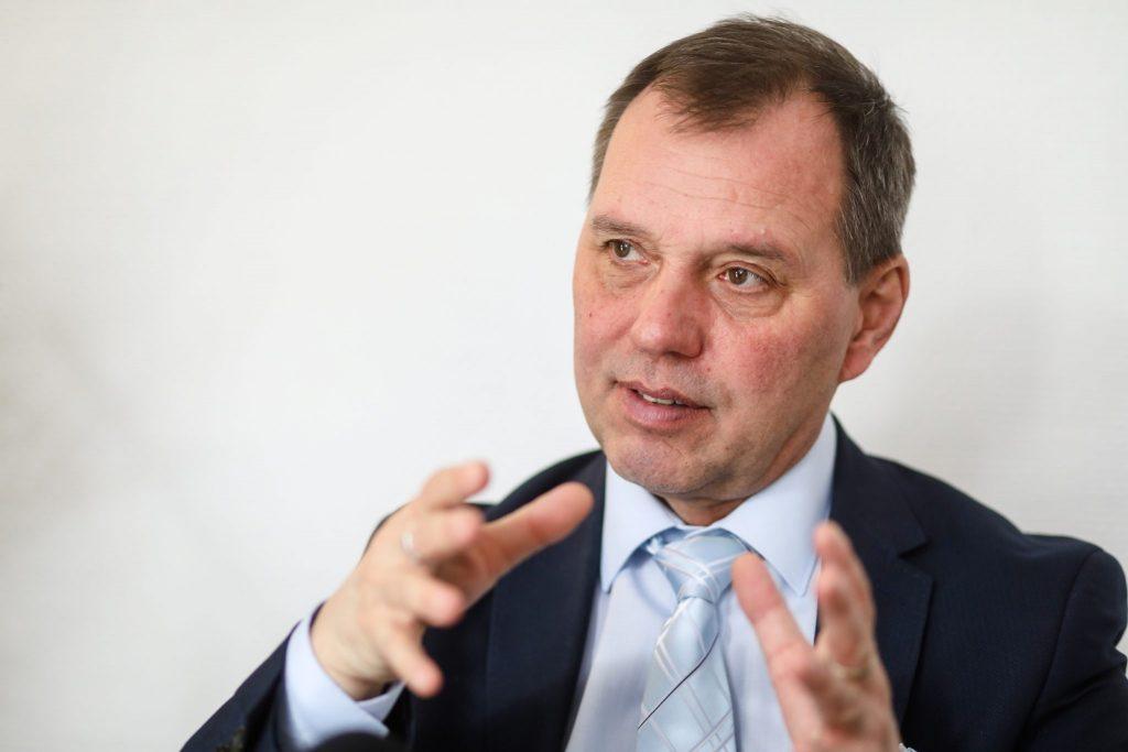"""""""Mit der Massenimpfung kann das Coronavirus nicht mehr gewinnen"""" – Interview mit dem Chef-Infektiologen János Szlávik"""