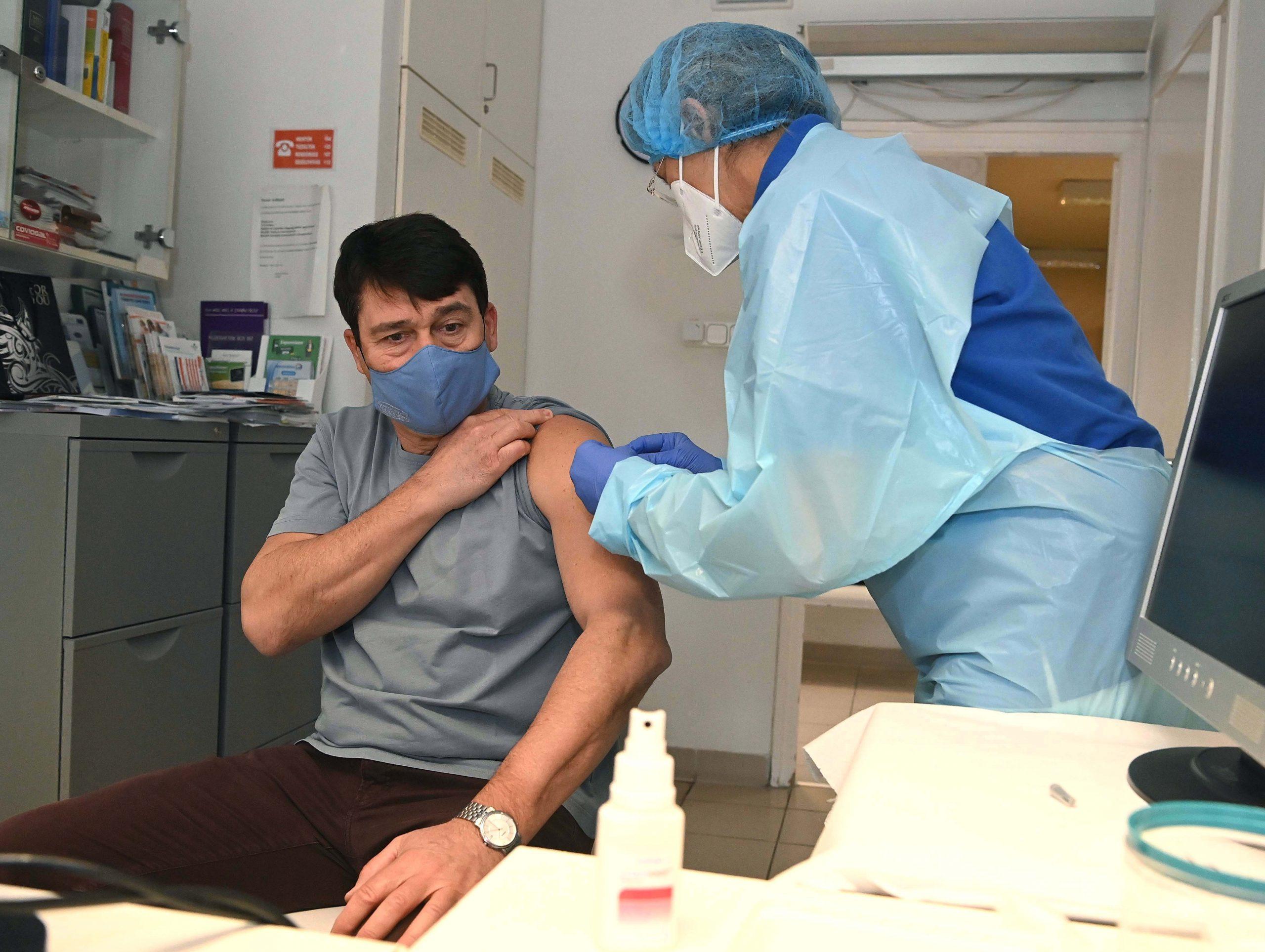 Präsident Áder erhält die erste Impfung