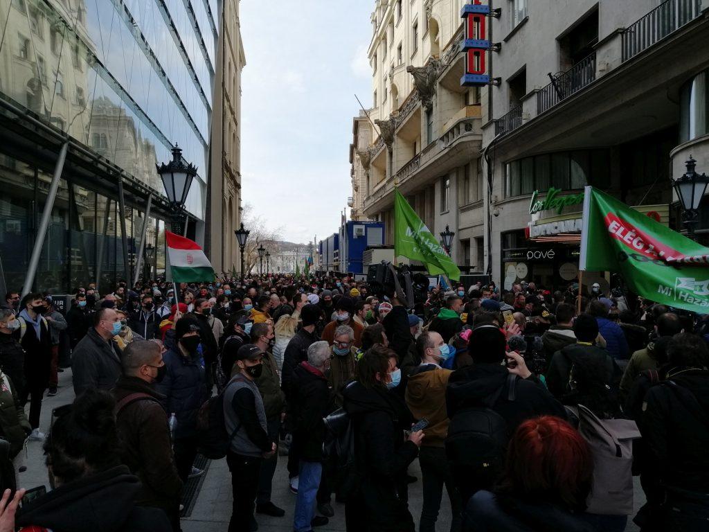 Mi Hazánk protestiert gegen coronavirusbedingten Schließungen trotz Versammlungsverbot