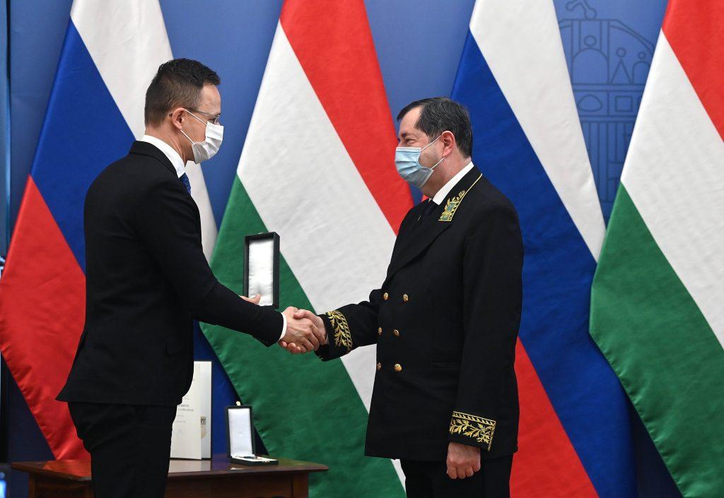 Außenminister Szijjártó übergibt Verdienstorden an den scheidenden russischen Botschafter