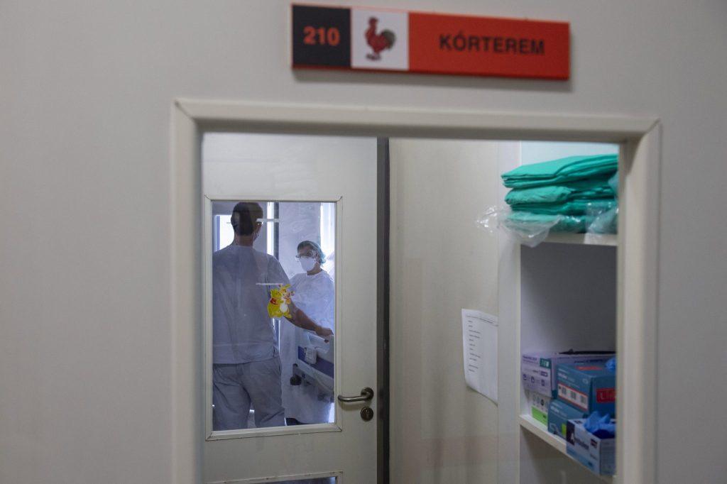 Maschinen halten die Lehrerin am Leben, die in der COVID-Abteilung von einem Chinesichen niedergestochen wurde post's picture
