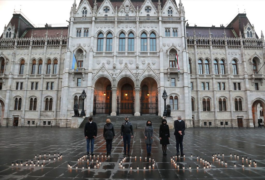 Opposition gedenkt mit Kerzenleuchtern an die 25.000 Opfer der Epidemie