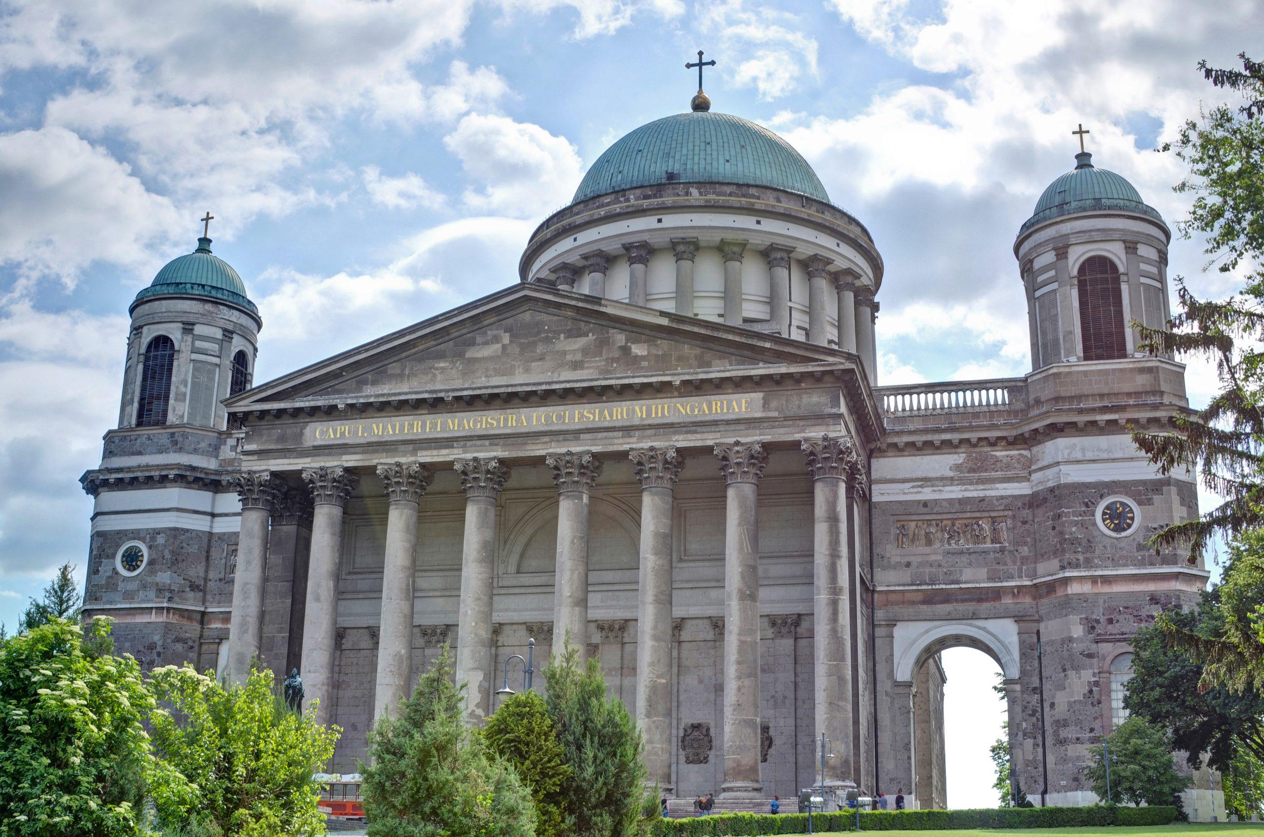 176 Jahre alte Zeitkapsel im Kreuz der Esztergom-Basilika geborgen