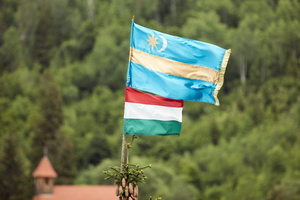 Ungarische Fahnen müssen vom Rathaus von Székelyudvarhely entfernt werden