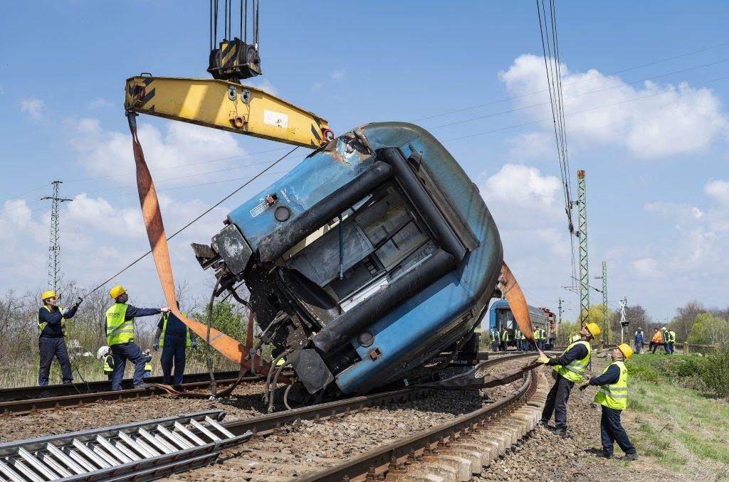 Bilder von der Rettung eines entgleisten Zuges bei Újfehértó