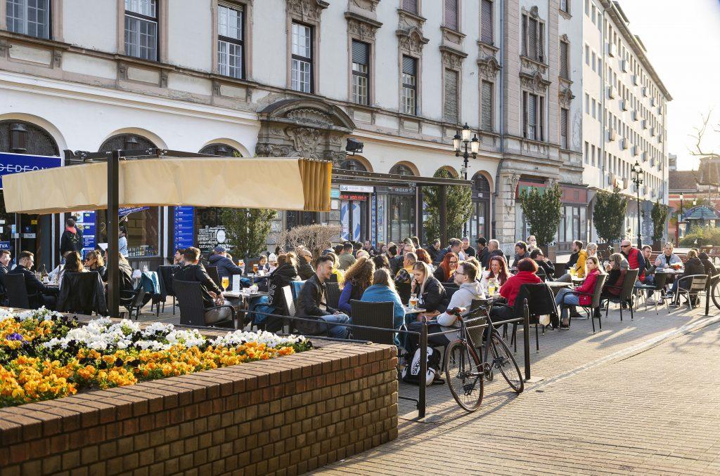 Wiedereröffnung mit vollen Gastgärten und mit Regierungspolitikern – FOTOS!