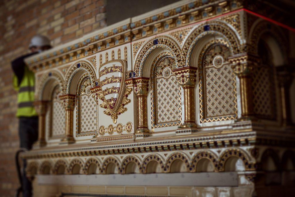 Ein Kilogramm Gold für die Restaurierung des Kamins im St. Stephans-Saal verwendet – Fotos!