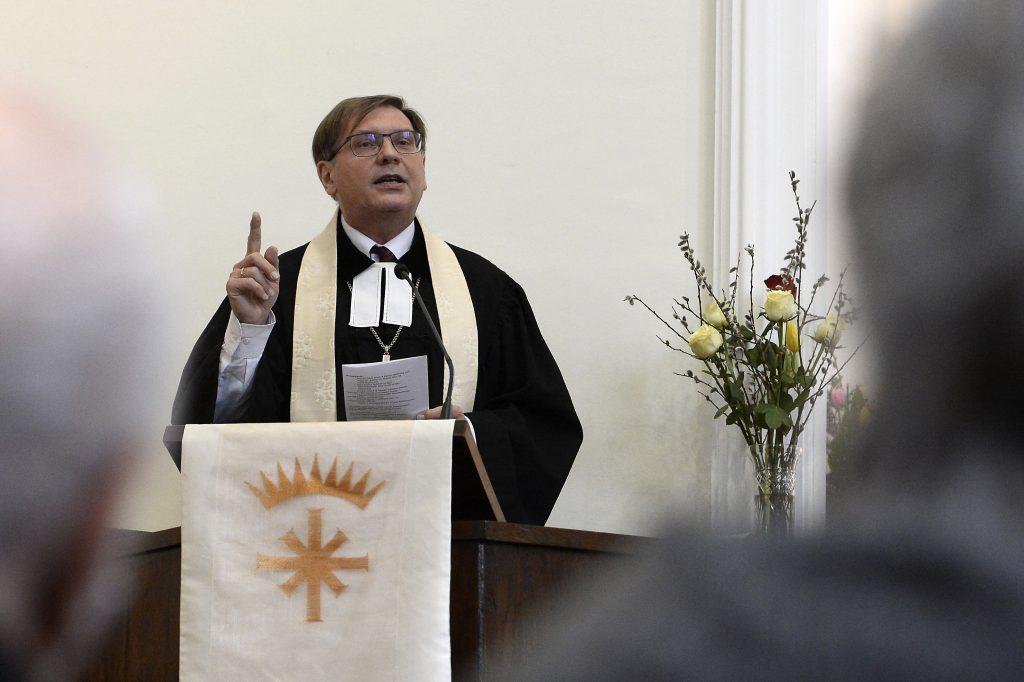 """Bischof Fabiny: """"Pfarrer und Priester sollten auch bevorzugt gegen das Coronavirus geimpft werden"""" post's picture"""