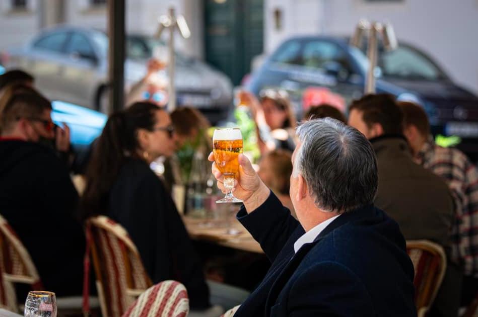 Tag der Wiedereröffnung: Orbáns erstes Bier auf seiner Lieblings-Restaurantterasse