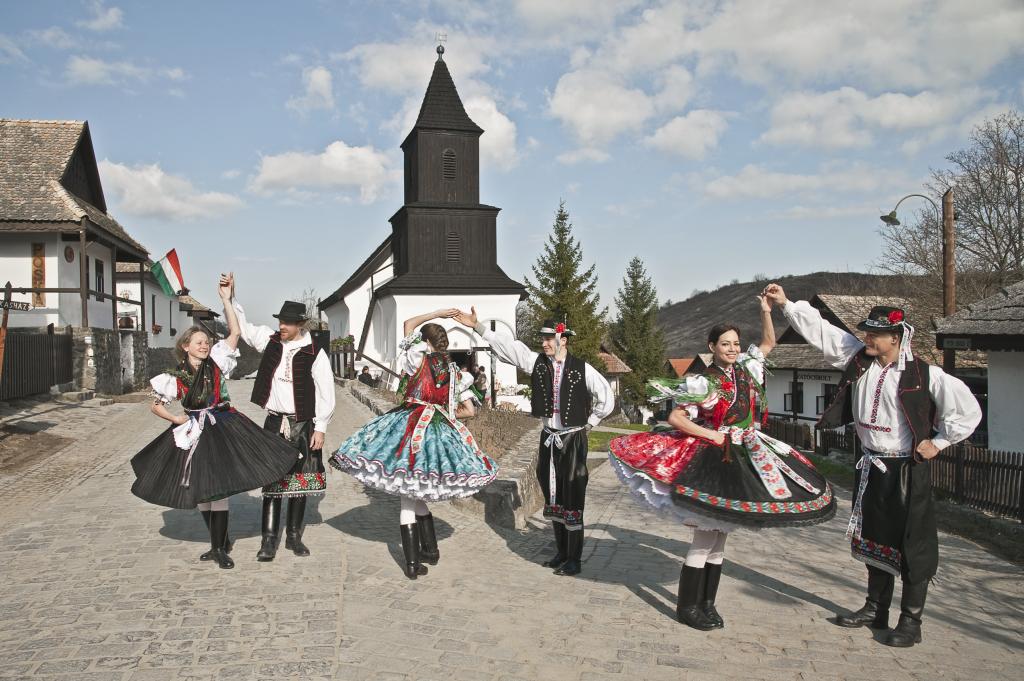 Im August wird das traditionelle Osterfest in Hollókő nachgeholt