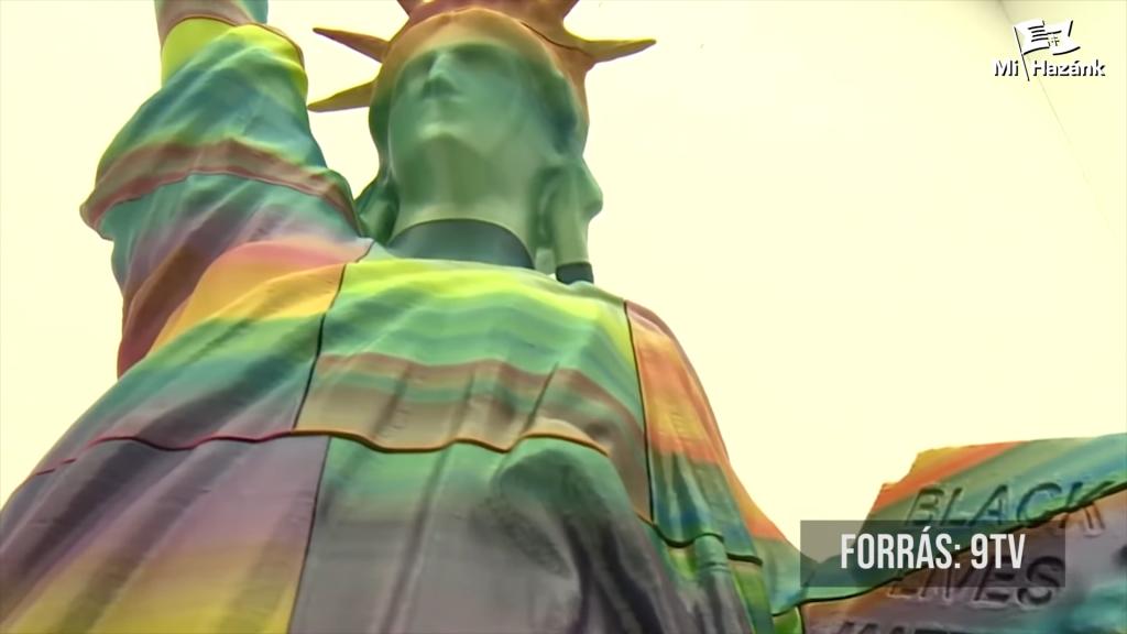 Rechtsextremisten bauen Barrikade um die regenbogenfarbene Statue