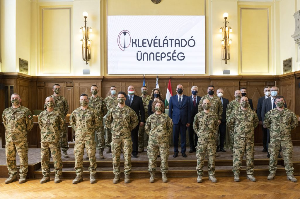"""Erste ungarische """"Weltraumsoldaten"""" erhalten Diplom post's picture"""