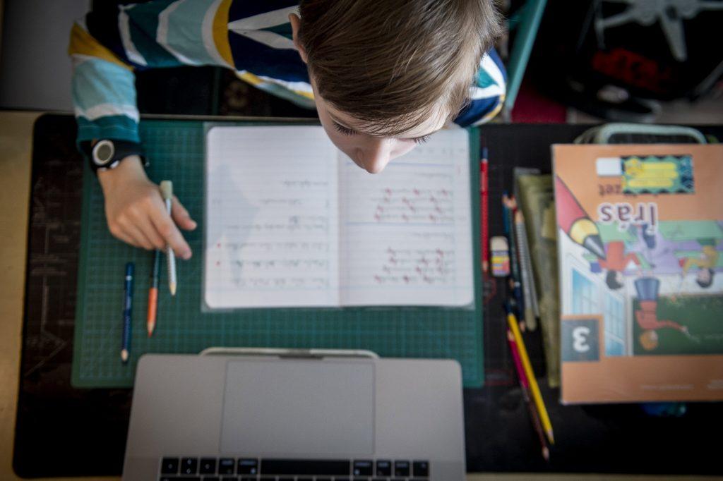 Ungarische Schüler in digitalen Klassenzimmern erhalten im Mai kostenloses Internet