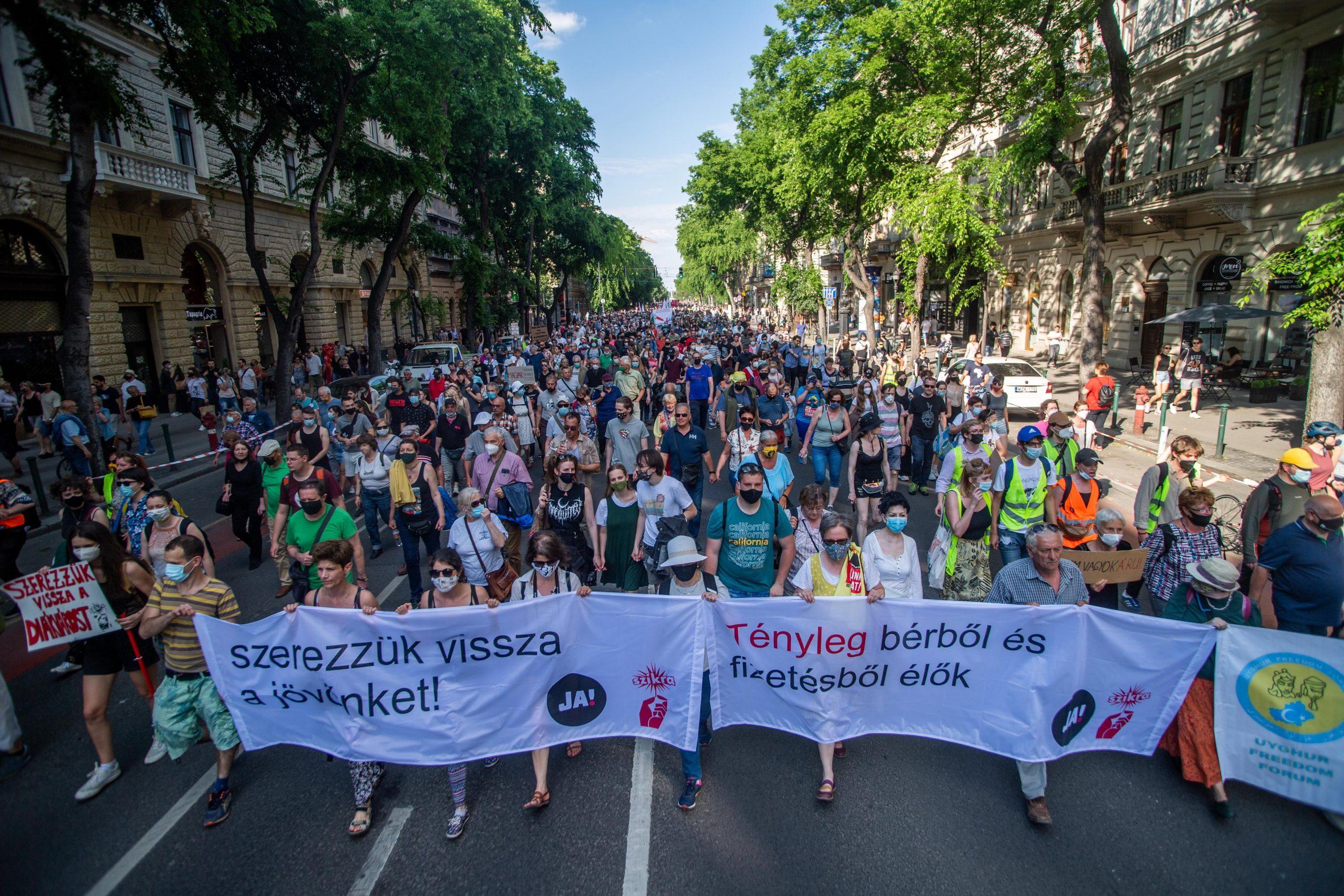 Tausende Menschen protestierten gegen die geplante Fudan Universität in Budapest