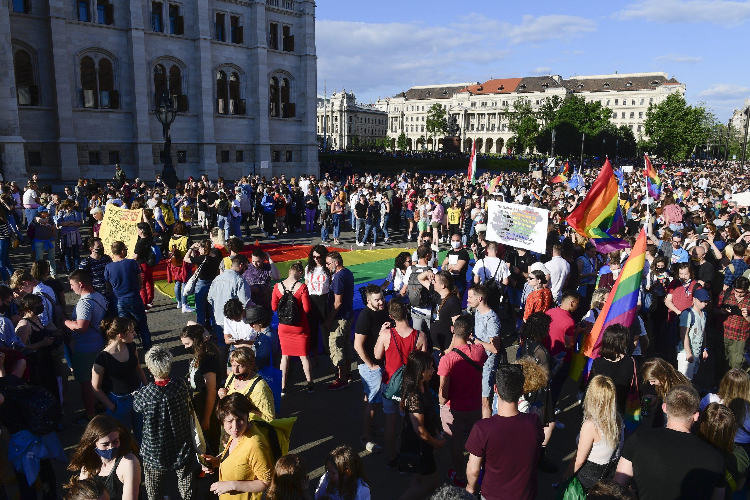 Tausende protestierten vor dem Parlament gegen das