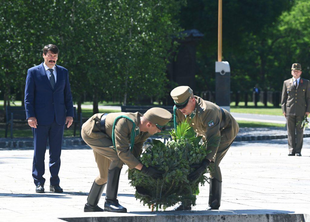 Gedenktag der Umbettung: Präsident Áder legt Blumen am Grab von Imre Nagy nieder
