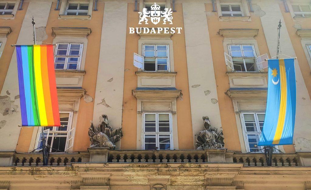 Das Budapester Rathaus feiert den Pride-Monat mit Regenbogenflagge post's picture