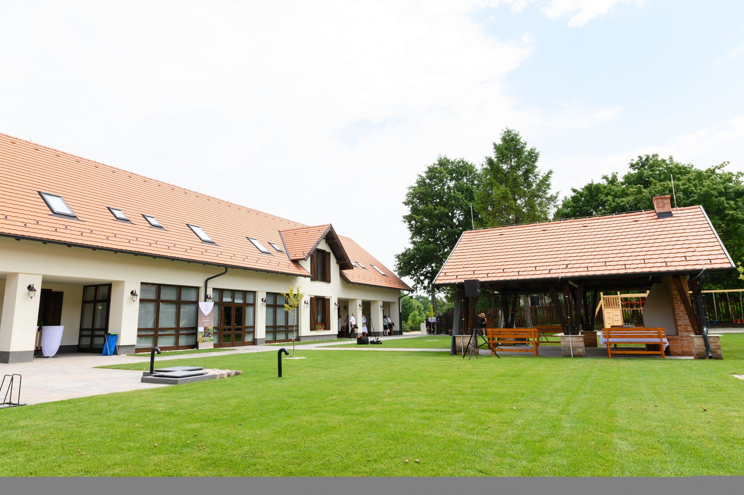 Ökotourismus-Zentrum und Gästehaus im Vértes-Gebirge (Schildgebirge) übergeben - Fotos!