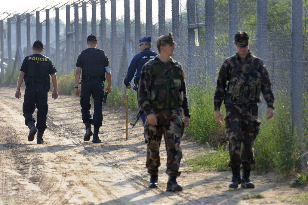 Migranten attackierten ungarische Soldaten an der Grenze post's picture