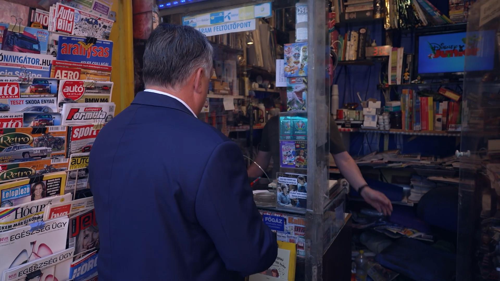 Orbán ging zu einem Kiosk, um einige, ihn