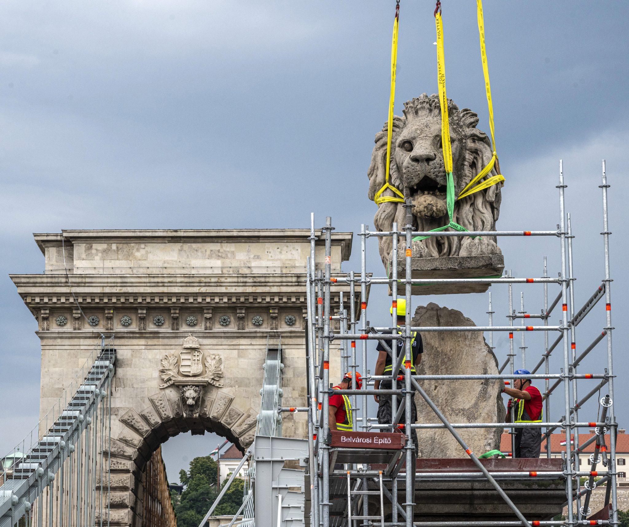 Ikonische brüllende Löwenstatuen der Kettenbrücke für Restaurierung entfernt