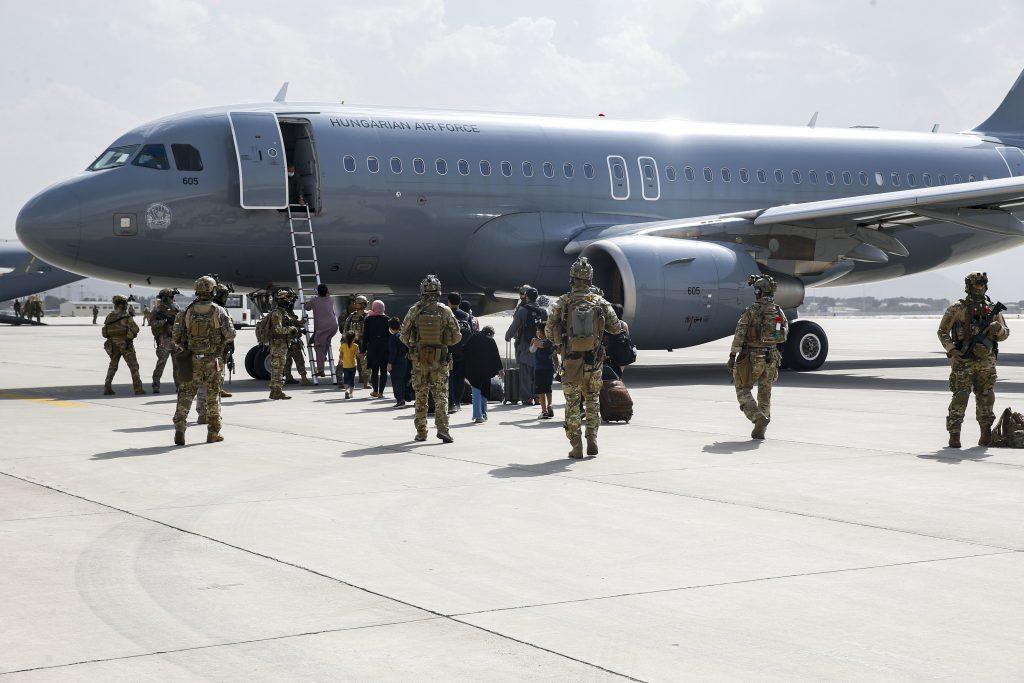 Außenminister: US-Soldaten verhindern Flüchtlingen Zugang zum Flughafen Kabul post's picture