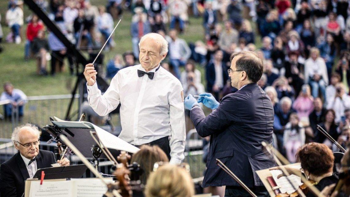 Iván Fischer ließ sich auf der Bühne impfen, während er dirigierte