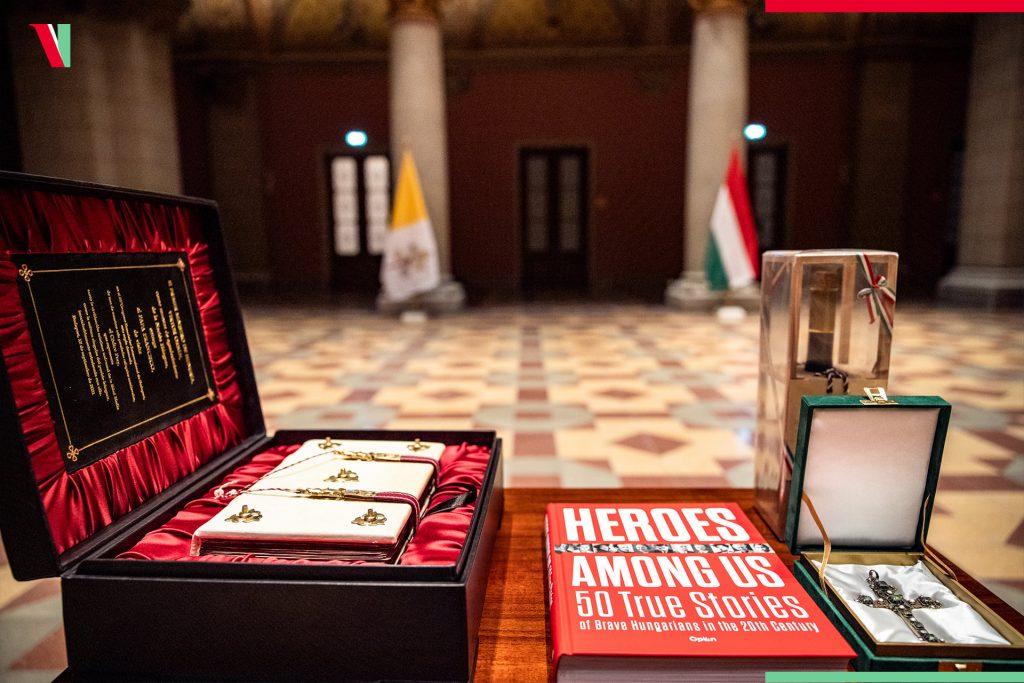 Orbáns päpstliches Geschenk mit einer versteckten Botschaft post's picture