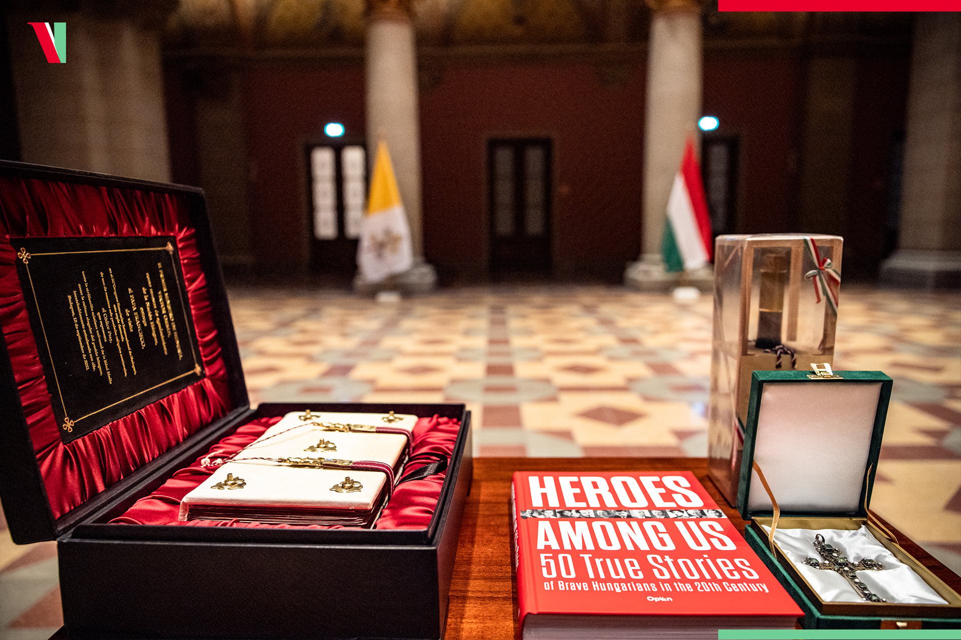 Orbáns päpstliches Geschenk mit einer versteckten Botschaft