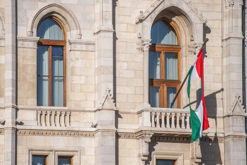 Nationalflagge vor dem Parlamentsgebäude gehisst post's picture